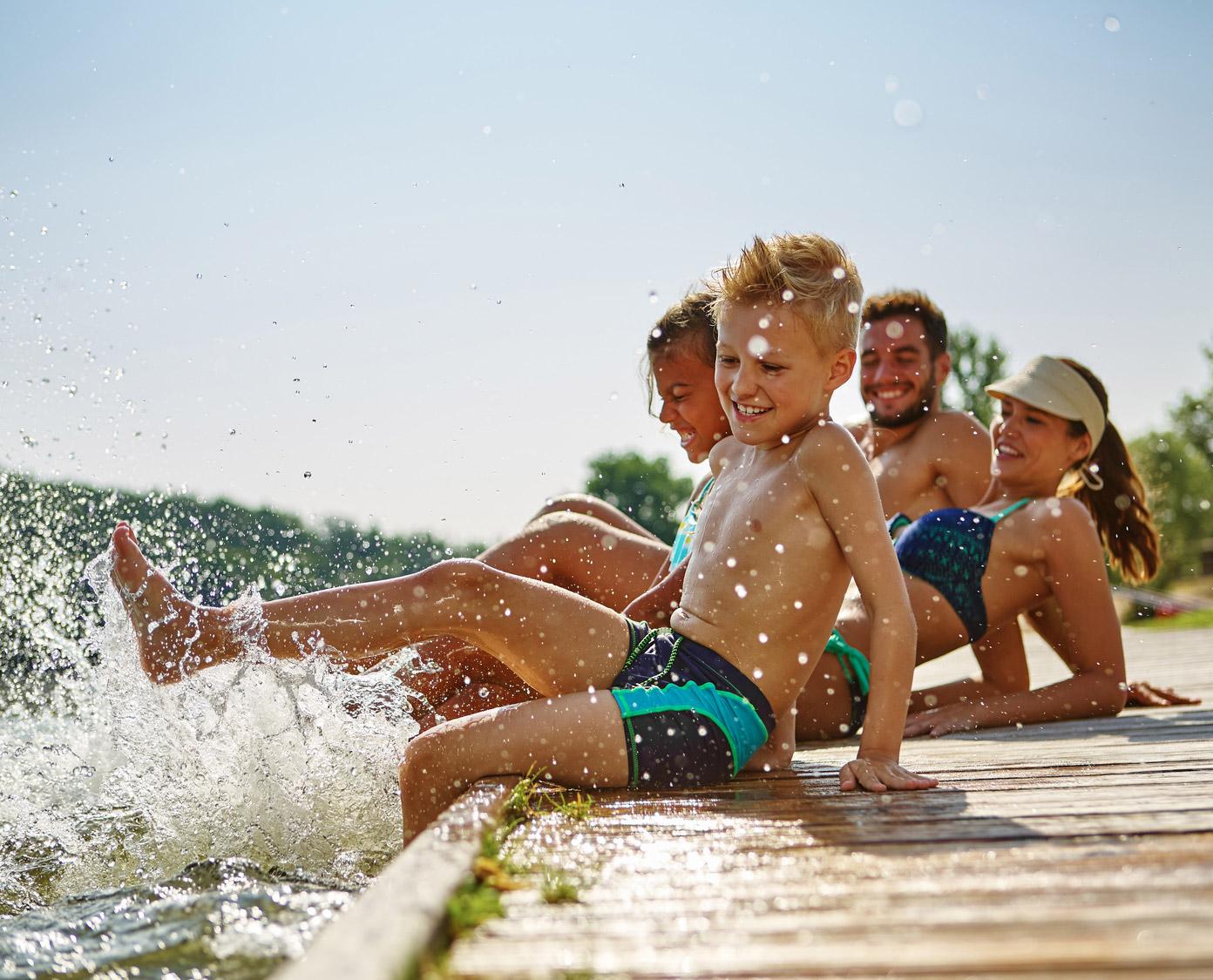 Familie am Wasser